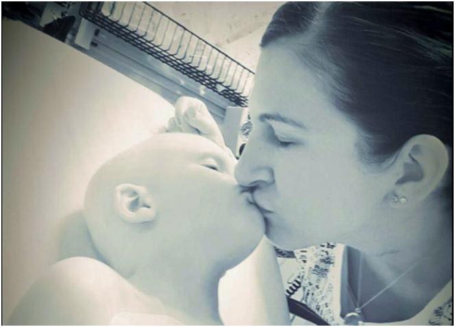 Ruth besando a su hijo Nola